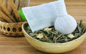 Massage aux herbes chaudes